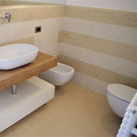 Rivestimento bagno in Giallo Istria rullato e levigato