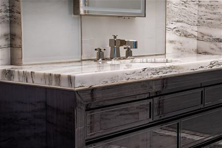 Bathrooms: marble, granite and natural stone coverings